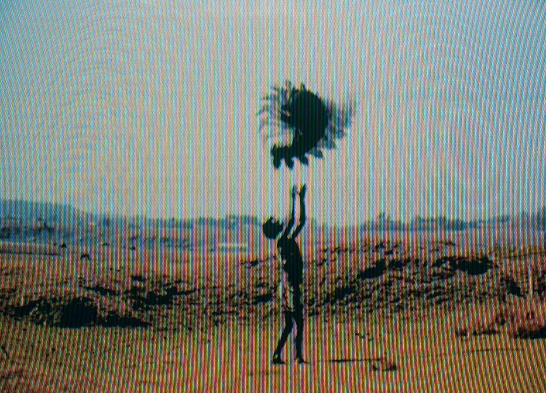 Fotomontage aus Filmstils. Die übereinandergelegten Einzelbilder zeigen zwei Akrobaten vor einer Landschaft.