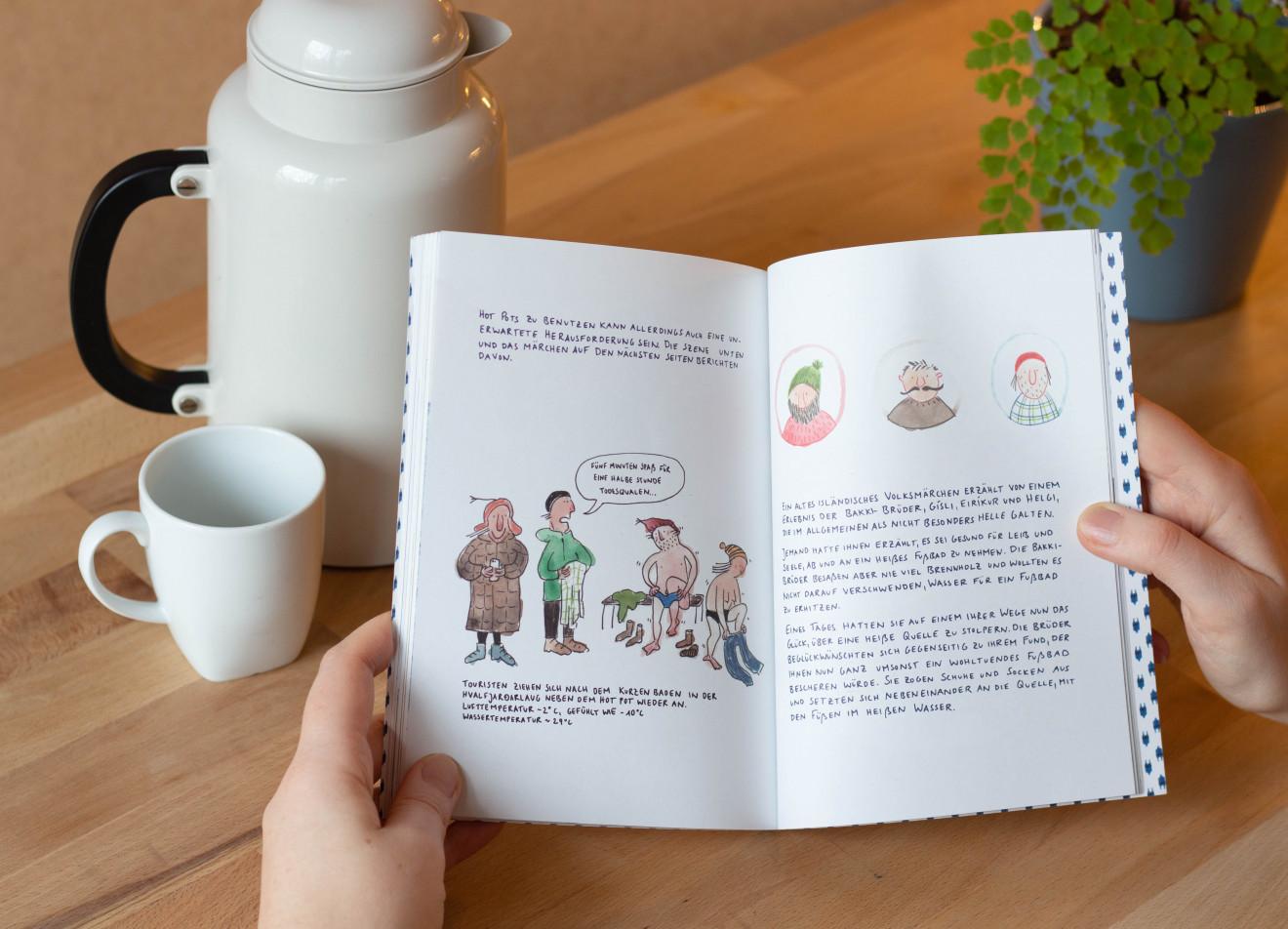 Geöffnetes Buch auf einem Küchentisch, daneben eine Kaffeetasse.