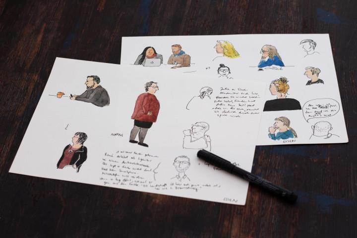 Mehrere Skizzenblätter mit Portraits von Menschen.