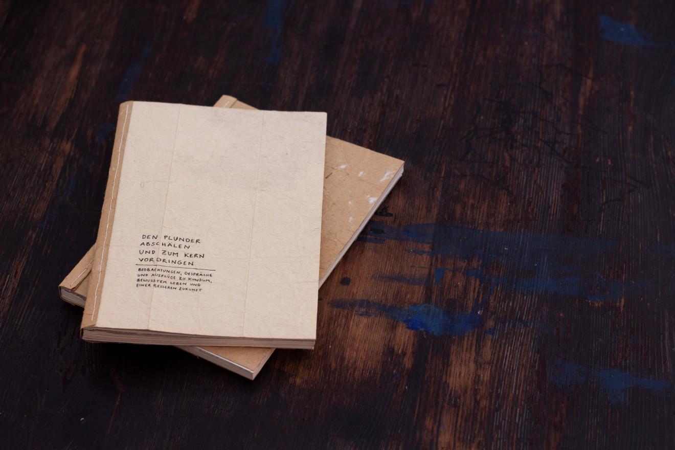 Zwei Bücher auf einem Tisch.