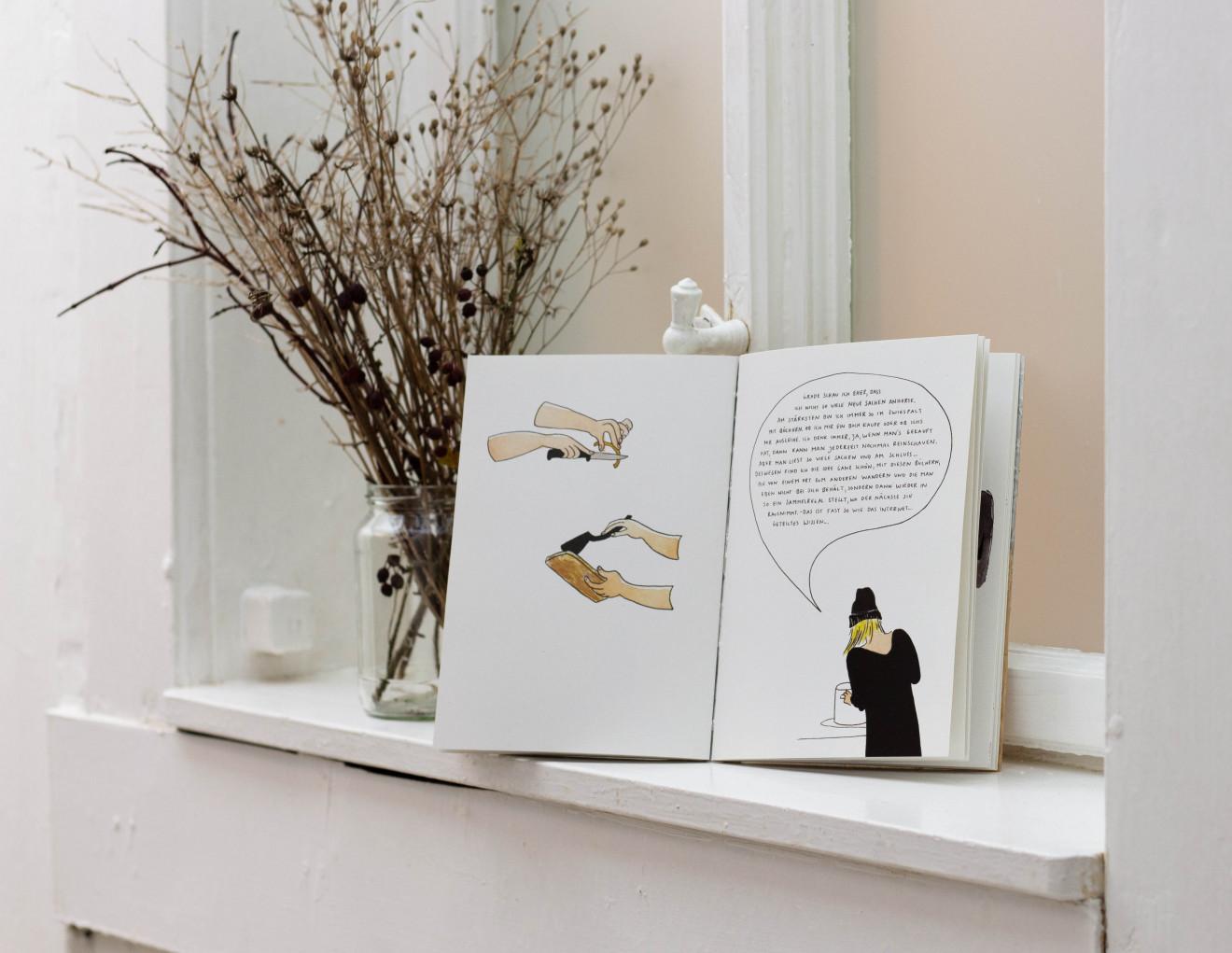 Geöffnetes Buch auf einem Fensterbrett.
