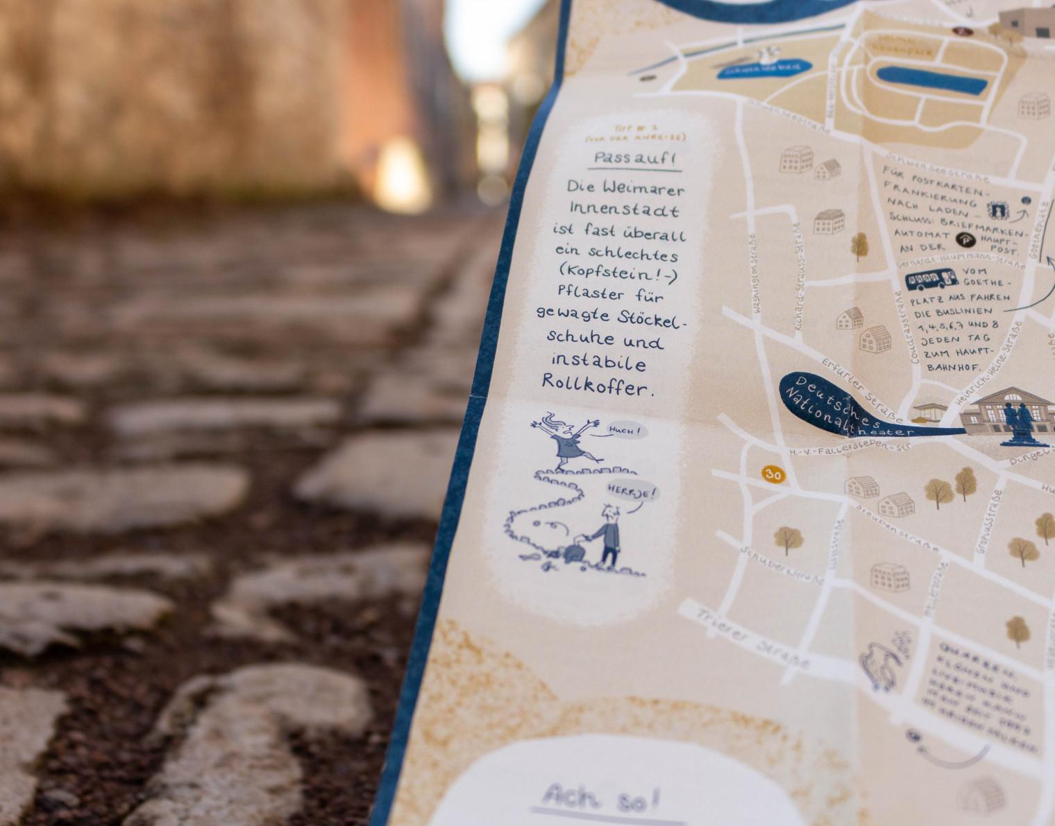 Detail des Stadtplans mit dem Tipp: Pass auf! Die Weimarer Innenstadt ist fast überall ein schlechtes (Kopfstein!-)Pflaster für gewagte Stöckelschuhe und instabile Rollkoffer.