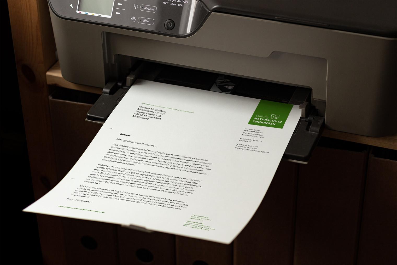 In einem Drucke liegt ein bedruckter Briefbogen.