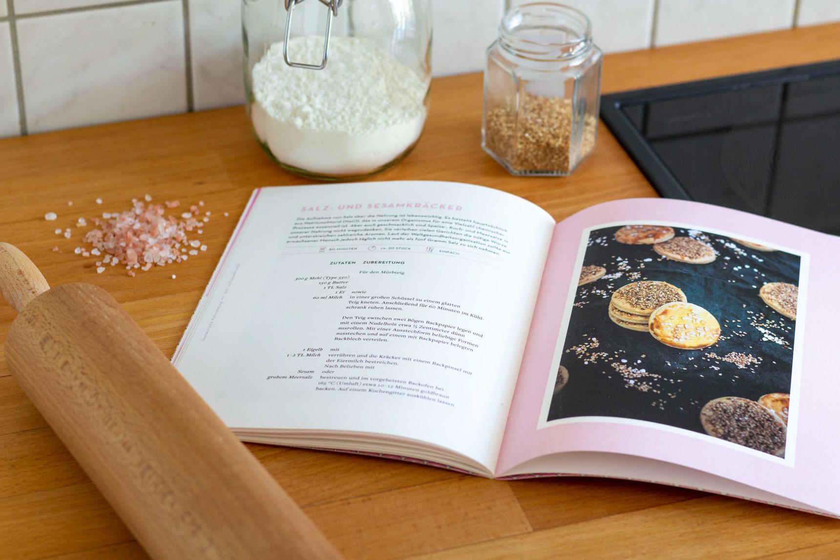 Ein aufgeschlagenes Rezept liegt auf einer Küchenarbeitsfläche.