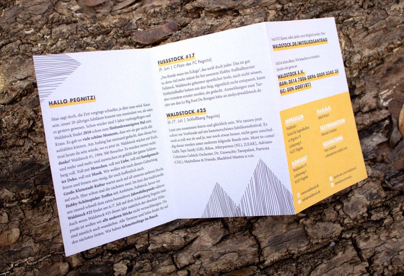 Das aufgeschlagene Jahresprogramm des Waldstock-Vereins liegt auf einem Baumstamm.